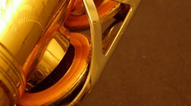 Vad gör man om saxofonens putor klibbar fast?